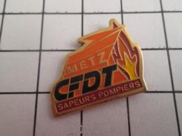 719 (pas 717)  PINS PIN'S / Beau Et Rare : Thème POMPIERS / SYNDICAT Pas Vraiment Incendiaire CFDT METZ SAPEURS POMPIERS - Brandweerman