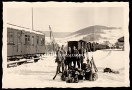 INEDIT FRAIZE - GARE - TRAIN ET SOLDATS ALLEMANDS AVEC ARMES SKIS PAQUETAGES DANS LA ZONE DE FRET ENNEIGEE VERS 1940 - Fraize