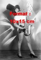 Reproduction D'une Photographieancienne D'une Femme Nue Avec Un Haut Chapeau Jouant Du Saxophone Années 20 - Repro's