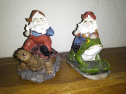 2 NAINS DE JARDIN MINIATURE - Résine - Sur GRENOUILLE Et TORTUE - 10cmx9cmx7cm - Figurines Récente - Kikkers