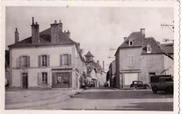 CPA  Boussac (23)  La Rue Vincent  Rare  Carte Années 30 Librairie, Alimentation, Plusieurs Voitures  Ed Theojac N3 - Boussac