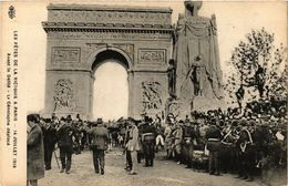 CPA Militaire, Les Fetes De La Victoire A Paris - Avant Le Defile (278463) - Regiments