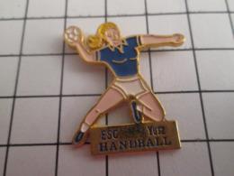 719 (pas 717)  PINS PIN'S / Beau Et Rare : Thème SPORTS / BLONDE A FORTE POITRINE HANDBALL FEMININ YUTZ - Handball