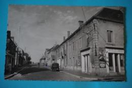 CPA Photo 71 GUEUGNON Rue Danton Hotel De L'industrie RARE PLAN ANIMEE VOITURE JUVA 4 1950 - Gueugnon