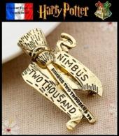 1 Broche NEUVE En Métal Pins Pin's ( Brooch ) - Harry Potter Nimbus 2000 Quidditch - Cinéma