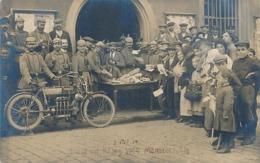 MUNSTER - CARTE PHOTO - POST IM KRIEG 1914 MUNSTER (3 OCT 14) (AVEC MOTOCYCLETTE BEAU PLAN) - Munster