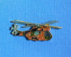 1 PIN'S //   ** HÉLICOPTÈRE SA330 PUMA / ALAT / CAMOUFLAGE EUROPE NOIR-VERT-TERRE ** . (J. Y. Ségalen Collection) - Militaria