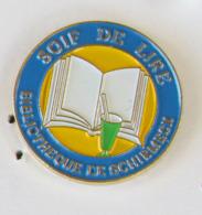 1 Pin's BIBLIOTHEQUE DE SCHIRMECK - SOIF DE LIRE (BAS RHIN -67) - Autres