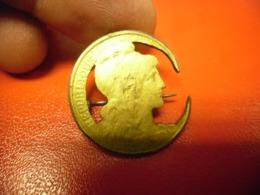 Insigne Métal Fait à Partir D'une Monnaie Marianne De 5 Centimes Type Dupuis Dorée Sur Bronze De 1911 - Ohne Zuordnung