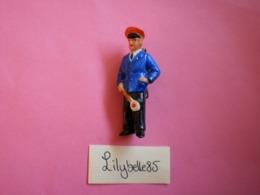 Feve Ancienne Allemande En Porcelaine - LE CHEF DE GARE - Serie LES METIERS 1939 - Rare ( Feves Figurine Miniature ) - Oude