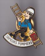 PIN'S   THEME   SAPEURS POMPIERS ALLO  18    POMPIERS PORTANT ECHELLE - Brandweerman