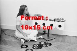 Reproduction D'une Photographie Anciennede Sheila écoutant Des Disques 45 Tours En 1969 - Reproducciones