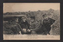 CPA . Abrités Dans Une Tranchée . Soldats Jouant Aux Cartes . - Guerra 1914-18