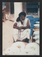 - MAURITANIE - La Vie Quotidienne N'empêche Pas Un Religieux Pieux De Faire Ses Prières - Marchand De Vaisselle - Mauritania