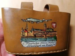 Old Vintage LEATHER SMALL BAG Souvenir AIRPORT FLUGHAFEN RHEIN - MAIN FRANKFURT AM MAIN Flugzeug Avion Aero Plane RR - Publicité