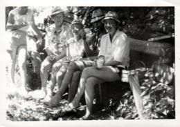 Photo Originale Alignement De Cuisses & Chapeaux De Pailles Sur Un Banc Vers 1970 - Personas Anónimos