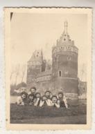 Groep Meisjes Bij Kasteel Van Beersel - Foto 6 X 8.5 Cm - Anonyme Personen