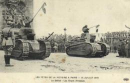 Militaria Patriotique LES FETES DE LA VICTOIRE A PARIS 14 JUILLET 1919 Le Défiké Les Chars D' Assaut RV - Patriotiques