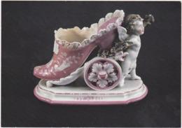 Drome : ROMANS-sur-ISERE : Musée De La Chaussure - Petit Amour Tirant Une Chaussure - Porcelaine ( Grand Format ) - Romans Sur Isere