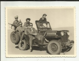 """ALGERIE . ADRAR . 1960 .PHOTOGRAPHIE D UN GROUPE D HOMME DANS UNE JEEP DU """" MINISTERE DES TRAVAUX PUBLICS S. I. A.   AL. - Places"""