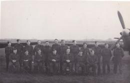 PHOTO FORMAT 15  X 10  AVIATEURS  DE LA R A F DEVANT L'AVION HAWKER HURRICANE EN 1943  ESCADRON LEADER - Luchtvaart