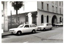 Libourne (33) - Photo Hôtel Jacques Douté, Rue Chanzy, Dans Les Années 60 - Voitures Anciennes Devant. - Photos