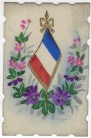 CPA MILITARIA En CELLULOID   Avec DRAPEAU PATRIOTIQUE Guerre 1914-1918 Entouré De Fleurs, Brodure Ciselée - Heimat