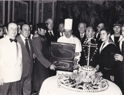 "Photographie Tino Rossi Remise De Prix Au Restaurant  "" Les Princes "" George V  ( Ref 191352) - Identified Persons"