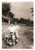 Photographie Ancienne De Moto, Deux Motardes Sur Une Bécane à Déterminer, Cliché Des Années 1950 - Cars