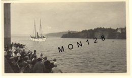 """BRETAGNE-PORT DE SAINT QUAY AOUT 1930-ARRIVEE BATEAU VEDETTE""""ELEANOR""""-DEPART POUR ILE DE BREHAT- PHOTO DIM 11x7 Cms - Places"""