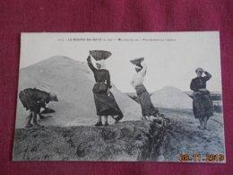 CPA - Le Bourg-de-Batz - Mulons De Sel - Paludières Au Travail - Batz-sur-Mer (Bourg De B.)