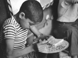 Photo Maroc Jeune Graveur Sur Cuivre Dans Un Souk De Fès Photo Vivant Univers Années 1990 - Afrique