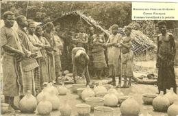 AFRIQUE CONGO FRANCAIS LES FEMMES EN PETITE TENUE TRAVAILLENT  LES HOMMES REGARDENT MISSIONS DES PERES DU ST ESPRIT - Congo Français - Autres