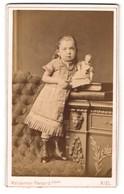 Fotografie Waldemar Renard Jr., Kiel, Wunderschönes Mädchen Mit Perlenhalskette Und Puppe - Anonymous Persons