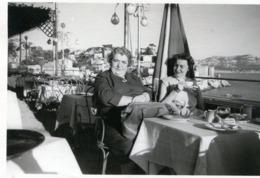 Photo De Deux Femmes Assise A La Terrasse D'un Café A Marseille En 1954 - Anonymous Persons