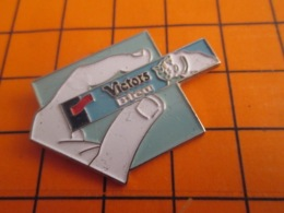 1419 Pin's Pins : BEAU ET RARE : Thème ALIMENTATION / VICTOR'S BLEU - Levensmiddelen