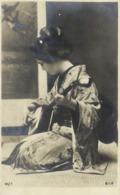 Portrait Jeune Femme Jouant S'un Instrument De Musique RV - Japon