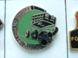 Pin's FOOTBALL - F.C DOCKS DE FRANCE - GROUPE AUCHAN - (63) - Fútbol