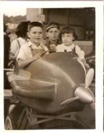 Photographie Ancienne De Manège, Enfant Sur Un Avion à Roues, Photo Vers 1955 - Oggetti