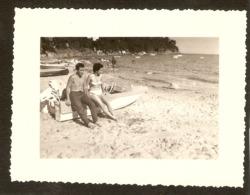 Photographie Ancienne Du Var, La Plage De Cavalière (83), Couple Sur Un Bâteau à Moteur, Cliché De 1960, Lavandou - Lugares