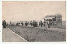 La Panne L'avenue De La Mer, Près De La Digue - De Panne - Met Volk- Krantenwinkeltje Op Strand - De Panne