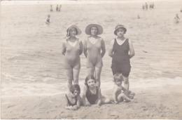 CARTE PHOTO  FEMMES FRAU LADY ET ENFANTS  EN MAILLOT DE BAIN  ANNEE APRES GUERRE - Postkaarten
