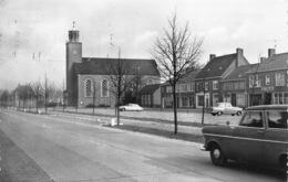 Nederland  Schoondijke  Dorpsplein Met Ned. Hervormde Kerk Mawillemsen Sluis    M 880 - Sluis