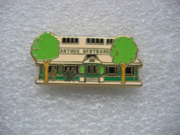 Pin's Du Batiment, Magasin  ARTHUS BERTRAND à Paris, Fabricant De Pin's - Pin's