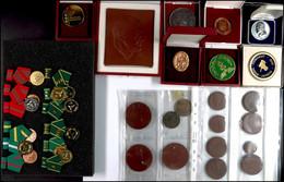 DDR, Sammlung Von 33x Abzeichen Und Medaillen Verschiedener Bereiche, Mit Porzellan, Unterschiedliche Erhaltungen. - Army & War