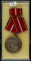 DDR, Verdienstmedaille Der Nationalen Volksarmee 1956, Silber, Mit Punze 900, Ohne Verleihungsnummer, Am Band, Zustand I - Army & War