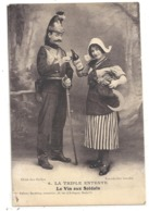 """LA TRIPLE ENTENTE - LE VIN AUX SOLDAT . JOLIE MARSEILLAISE OFFRANT UN VERRE """" CUVEE JOFFRE 1914 """" A UN CUIRASSE .ECRITE - Weltkrieg 1914-18"""