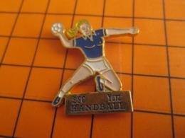 1519 Pin's Pins : BEAU ET RARE : Thème SPORTS / HANDBALL FEMININ YUTZ BLONDE A FORTE POITRINE - Handball