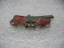 Pin's Véhicules De Pompiers: 1 Renult Traffic, 1 Camion Mercedes, 1 Camion à Grande échelle Iveco - Firemen