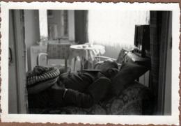 Photo Originale Sieste & Farniente D'un Homme En Vrac Faisant Un Petit Somme Sous Son Poste T.S.F. Vers 1940/50 - Anonyme Personen